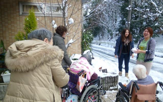 雪の日は玄関で雪遊びをすることも♪